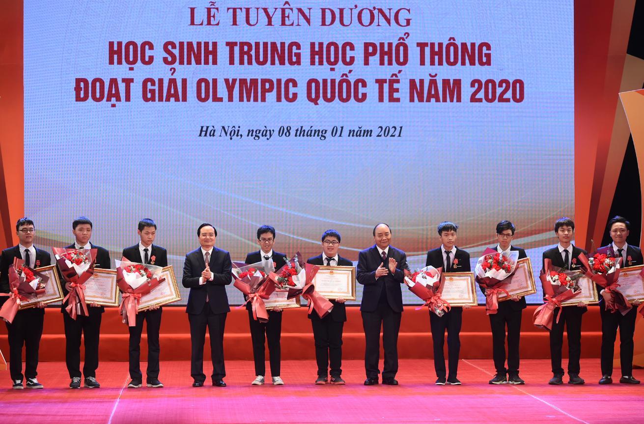 Thủ tướng trao Huân chương Lao động các hạng cho các em học sinh đạt thành tích cao tại các kỳ thi quốc tế. Ảnh: VGP