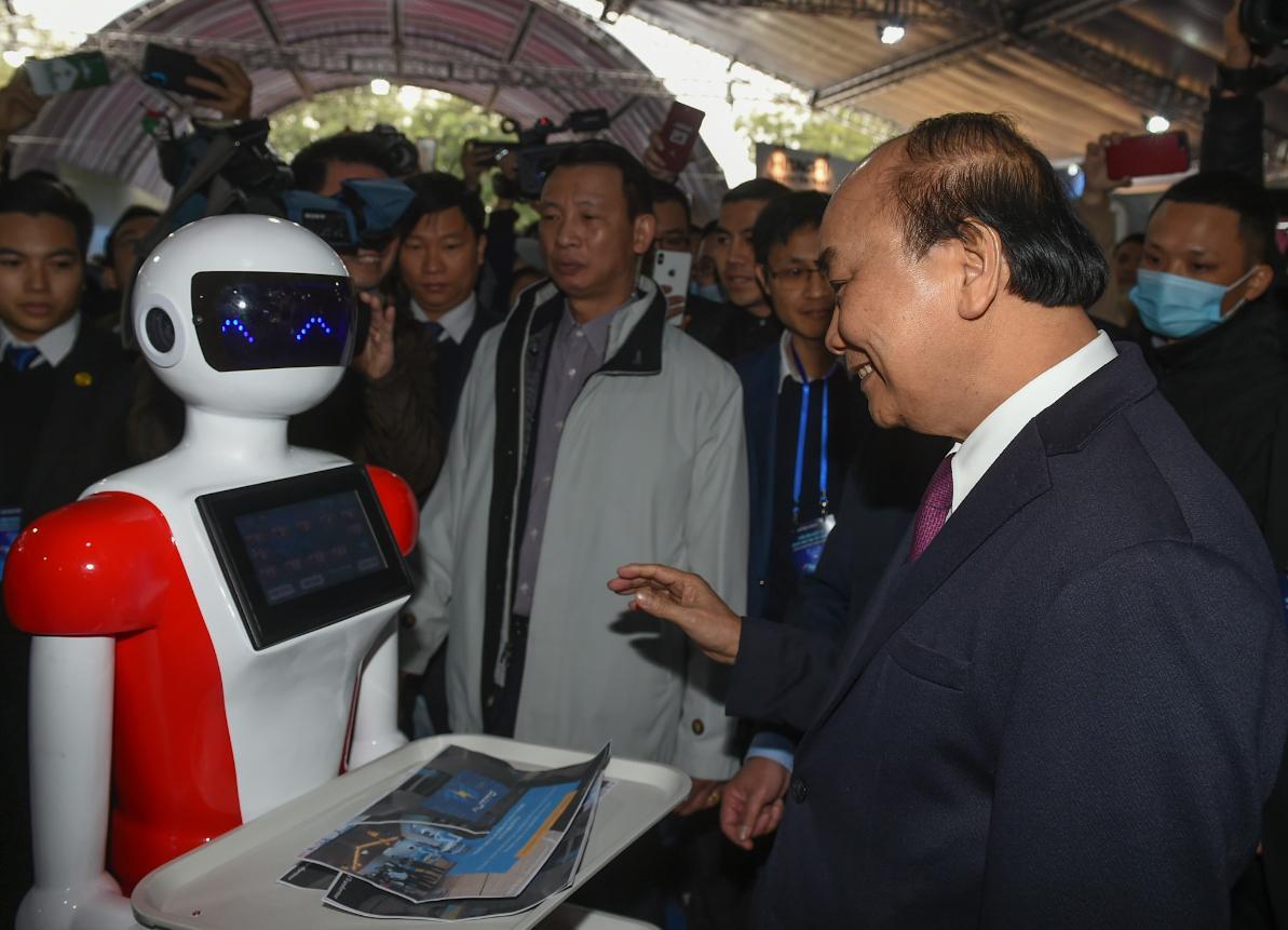 Thủ tướng Nguyễn Xuân Phúc thăm các gian hàng tại Triển lãm quốc tế đổi mới sáng tạo Việt Nam 2021.