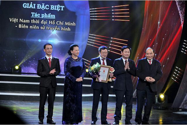 Thủ tướng Nguyễn Xuân Phúc và Chủ tịch Quốc hội Nguyễn Thị Kim Ngan trao Giải Đặc biệt cho nhóm tác giả đạt giải.