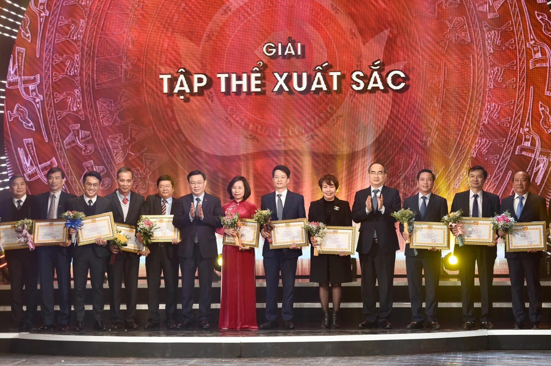 Các tác giả được trao giải Tập thể xuất sắc.