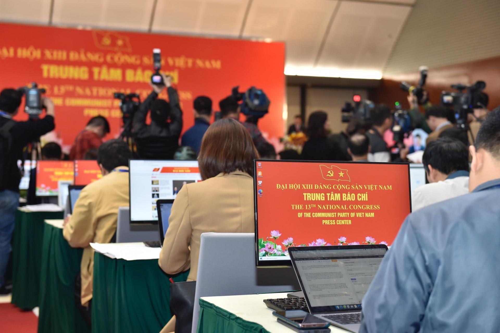 Trung tâm Báo chí trang bị toàn bộ máy tính để bàn có kết nối mạng để phục vụ và đáp ứng yêu cầu tác nghiệp của phóng viên trong nước và quốc tế.