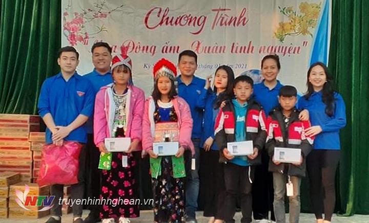 Chi đoàn Đài PT-TH Nghệ An tặng quà Tết cho 5 học sinh nhận đỡ đầu.