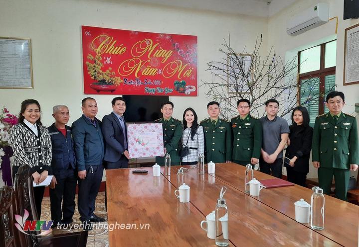 Đài PT-TH Nghệ An chúc Tết, tặng quà cho cán bộ, chiến sỹ Đồn Biên phòng Mỹ Lý.