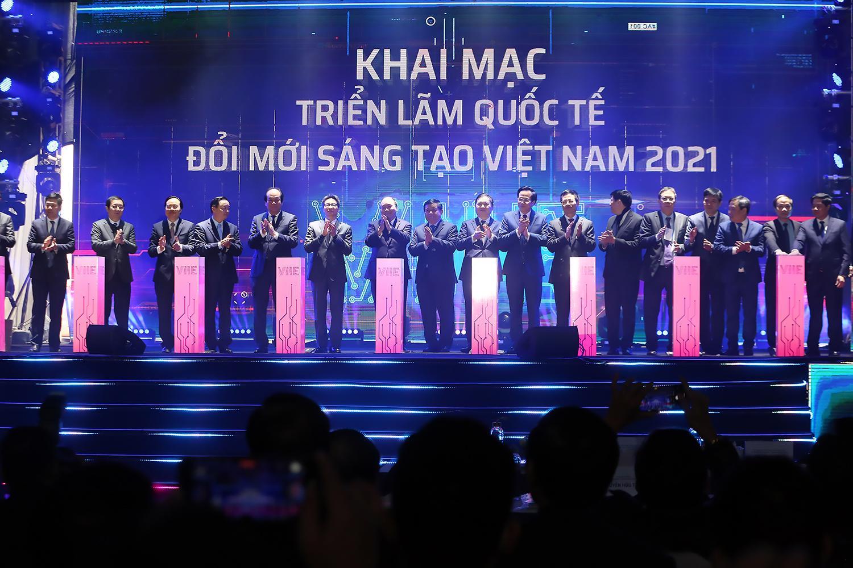 Thủ tướng và các đại biểu nhấn nút khởi công xây dựng Trung tâm Đổi mới sáng tạo quốc gia và khai mạc Triển lãm quốc tế đổi mới sáng tạo Việt Nam 2021.