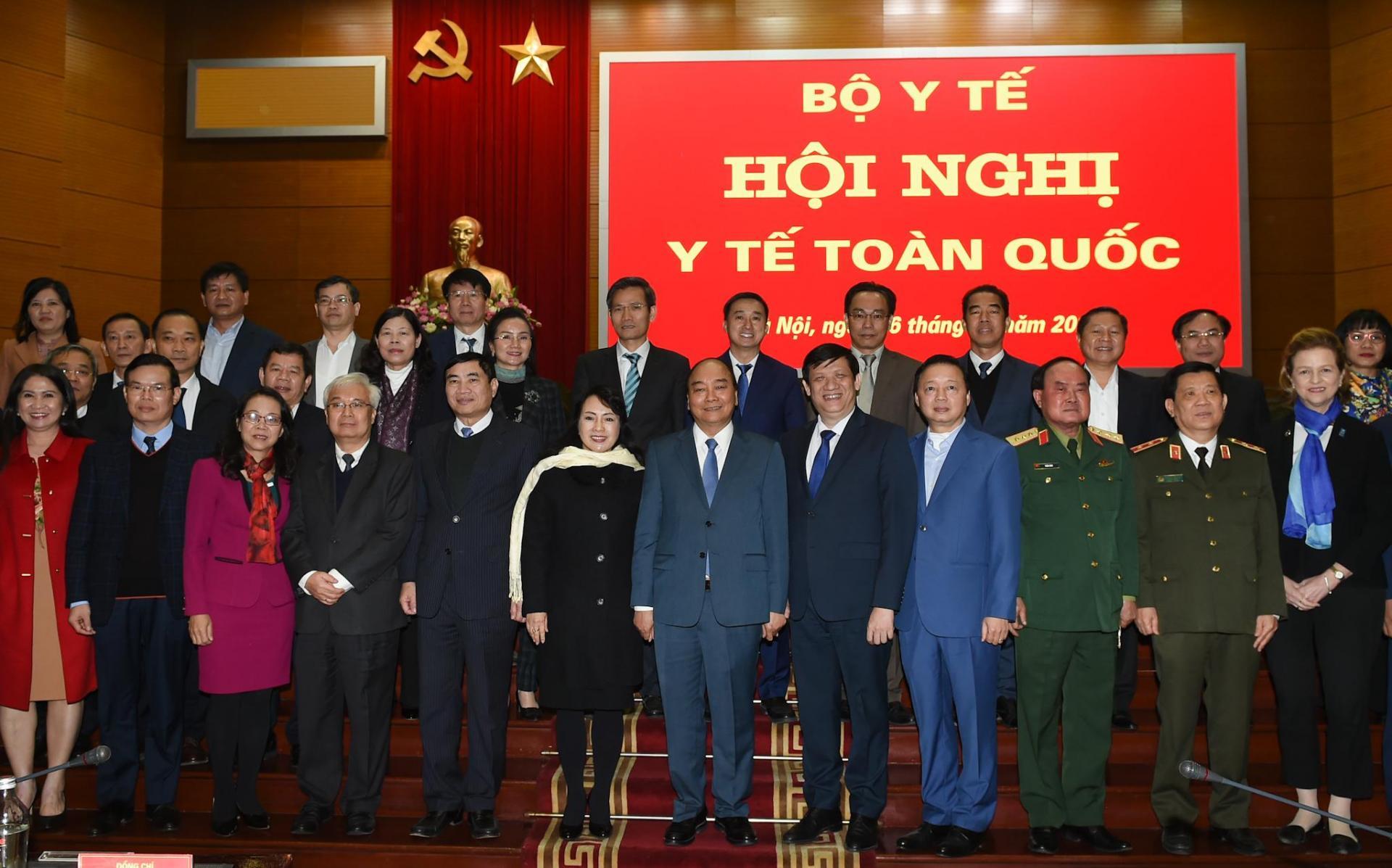 Thủ tướng Chính phủ Nguyễn Xuân Phúc chụp ảnh lưu niệm cùng các đại biểu dự hội nghị.