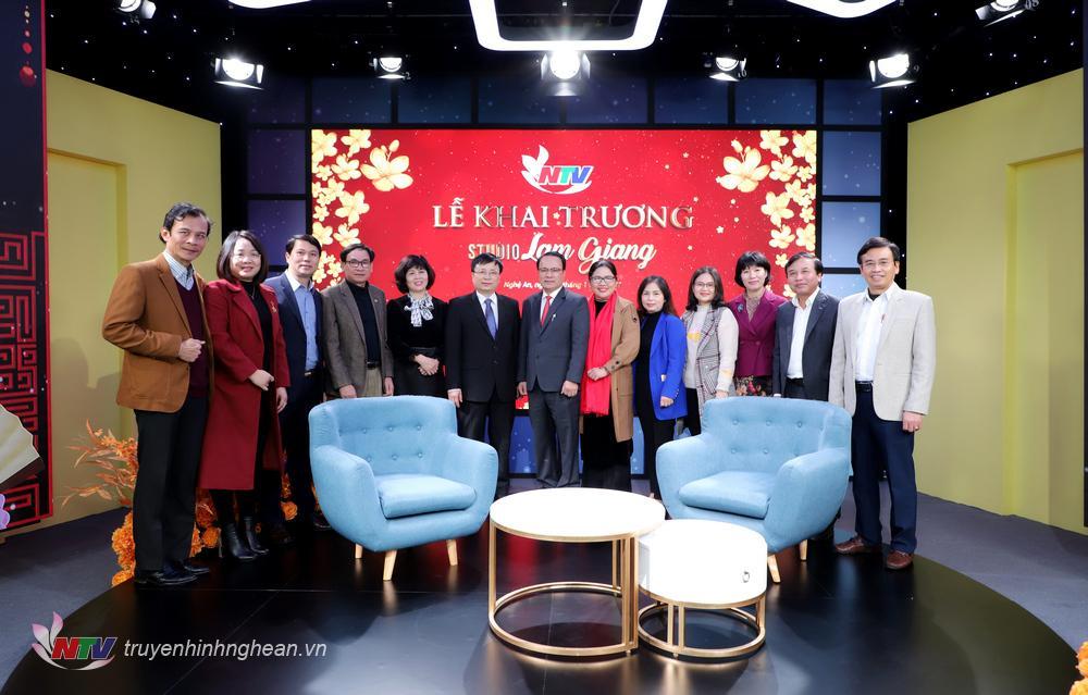 Các đại biểu chụp ảnh lưu niệm tại Studio Lam Giang.