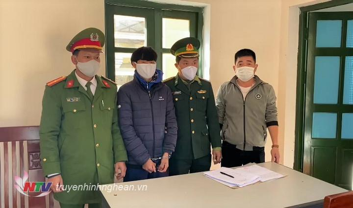 Đồn BP CKQT Nậm Cắn tiến hành các thủ tục bàn giao đối tượng bị truy nã nhập cảnh trái phép qua biên giới cho Cơ quan CSĐT huyện Đăk Glong, tỉnh Đăk Nông