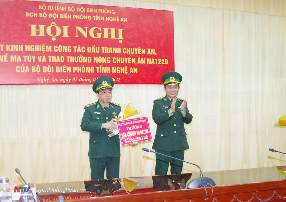 """Thủ trưởng Cục trưởng PCMT&TP, Bộ Chỉ huy BĐBP Nghệ An trao thưởng """"nóng"""" số tiền 50 triệu đồng cho Ban chuyên án NA1220."""