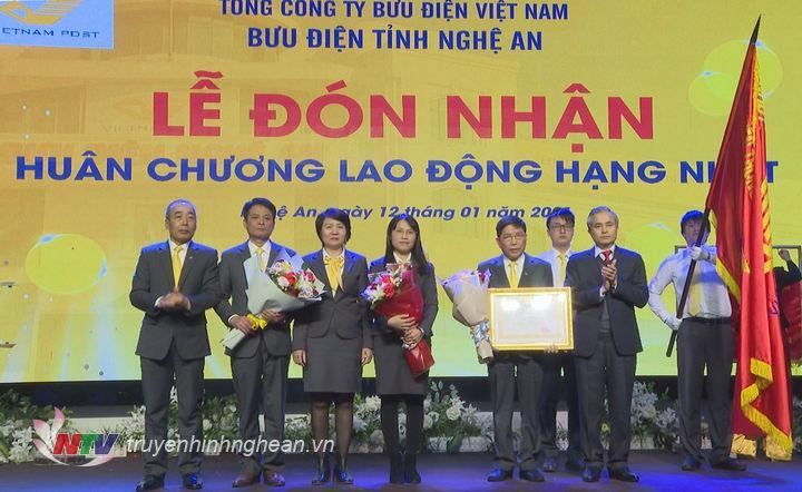 Bưu điện tỉnh Nghệ An vinh dự đón nhận Huân chương Lao động hạng Nhất của Thủ tướng Chính phủ.