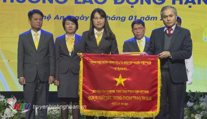 Bưu điện tỉnh đón nhận Cờ thi đua của Thủ tướng Chính phủ.