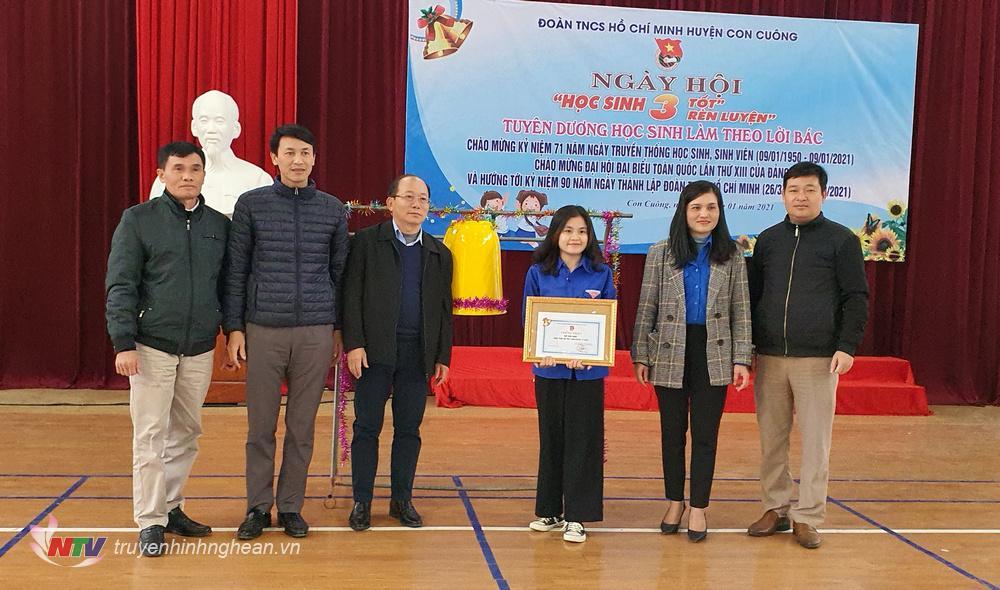 Trao thưởng cho thí sinh giành giải Nhất cuộc thi Rung chuông vàng.