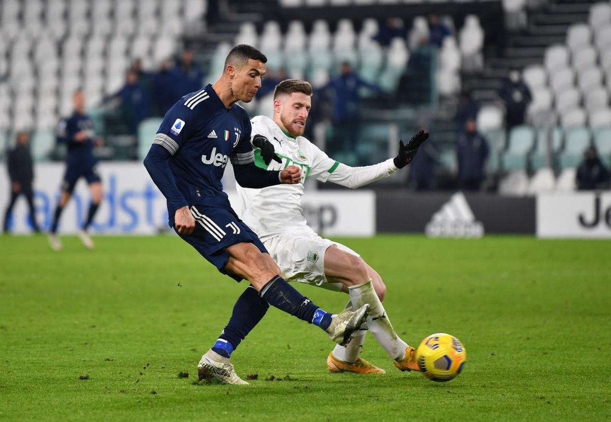 Cristiano Ronaldo đi bóng tốc độ rồi dứt điểm chéo góc, ấn định chiến thắng 3-1 cho Juventus trước Sassuolo. (Ảnh: Getty)