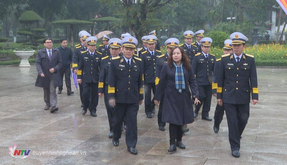Đoàn đại biểu về dâng hoa, dâng hương Chủ tịch Hồ Chí Minh tại Khu di tích Kim Liên.