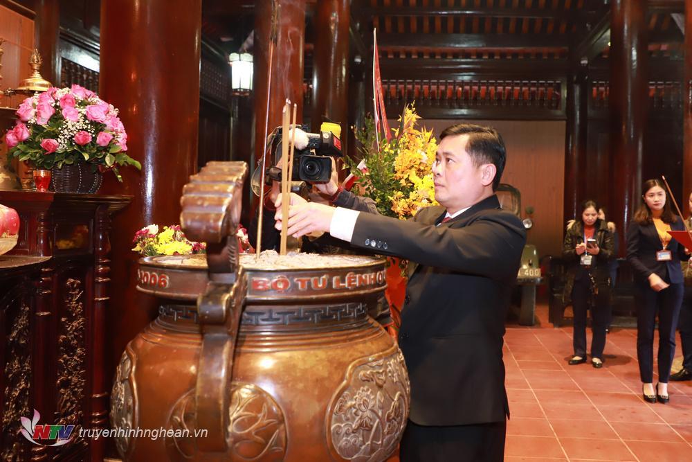 Đồng chí Thái Thanh Quý - Ủy viên dự khuyết Trung ương Đảng, Bí thư Tỉnh ủy Nghệ An dâng hương tưởng niệm Chủ tịch Hồ Chí Minh.