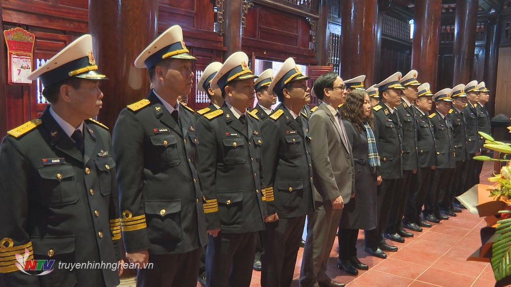 Các đại biểu tưởng niệm Chủ tịch Hồ Chí Minh.