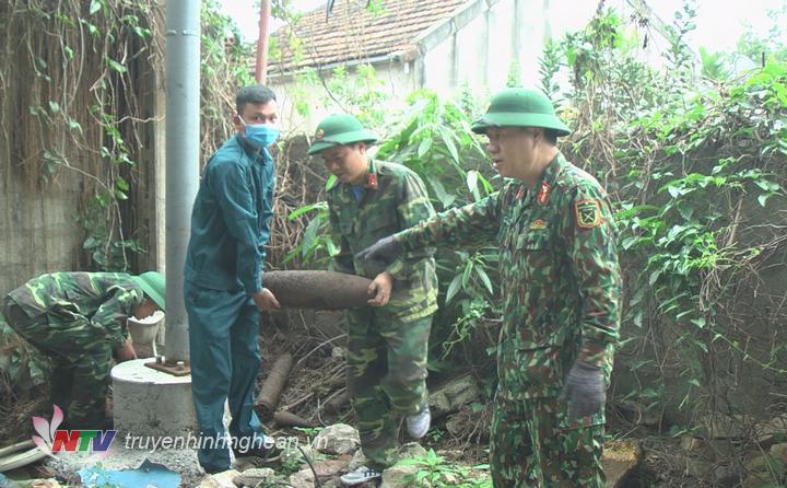 thu gom bom mìn, vật liệu nổ tại Khối Nam xã Diễn Hồng.