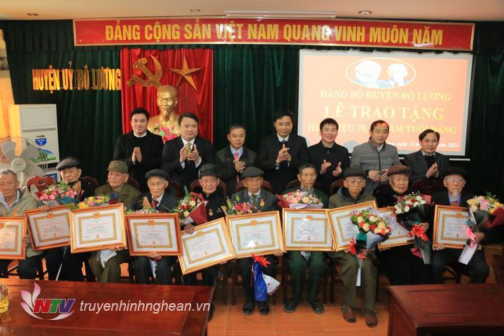 Trao Huy hiệu 65 năm tuổi Đảng cho các đảng viên.