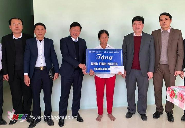 Đoàn công tác trao hỗ trợ xây dựng nhà tình nghĩa cho gia đình bà