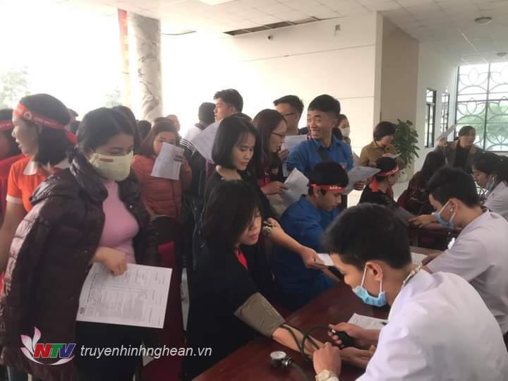Khám sàng lọc các tình nguyện viên đăng ký hiến máu.