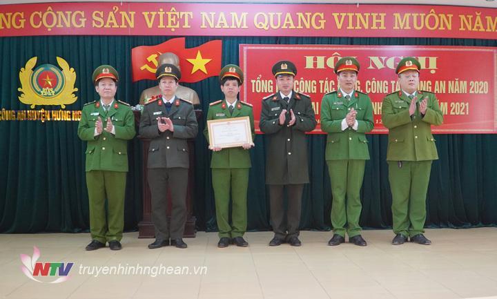 """Trao thưởng Danh hiệu """" Đơn vị tiên tiến"""" cho công an huyện Hưng Nguyên"""