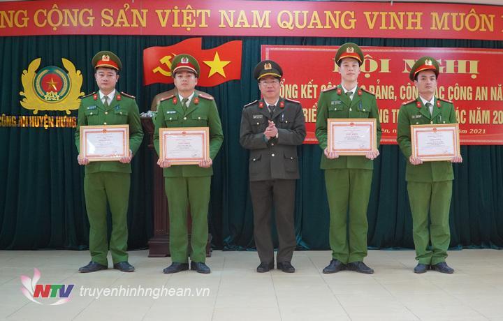 """Trao thưởng Danh hiệu """" Đơn vị tiên tiến"""" cho công an huyện Hưng Nguyên."""