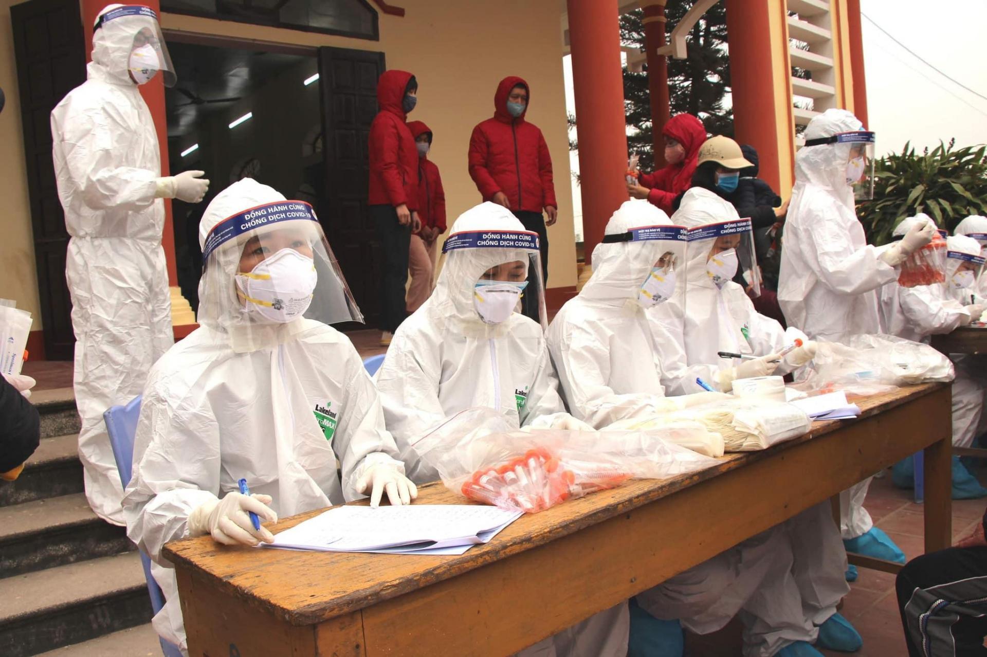 Lấy mẫu xét nghiệm SARS-CoV-2 cho người dân ở TP Chí Linh- Hải Dương