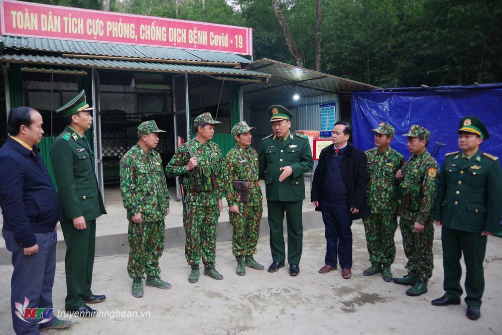Thiếu tướng Lê Quang Đạo - Phó Tư lệnh, Tham mưu trưởng Bộ đội Biên phòng thăm hỏi, động viên các chiến sỹ đang trực tiếp bám chốt chặn biên giới.