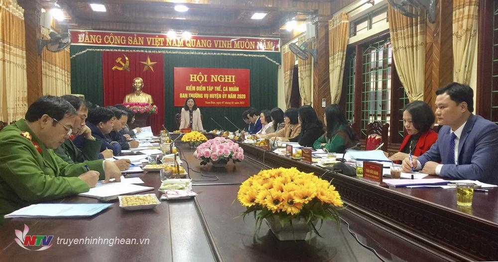 Đồng chí Nguyễn Thị Hồng Hoa - Tỉnh ủy viên, Bí thư Huyện uỷ Nam Đàn chủ trì hội nghị.