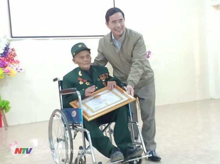 Trao Huy hiệu 70 năm tuổi Đảng cho đảng viên.