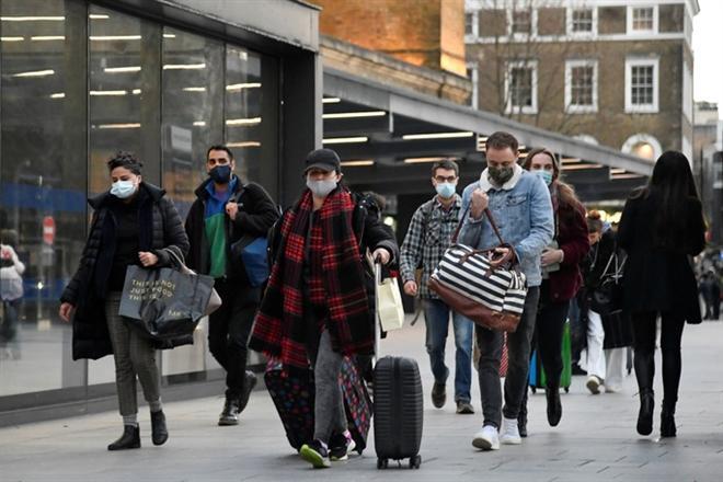 Người dân tại thủ đô London - Anh. (Ảnh: Reuters)