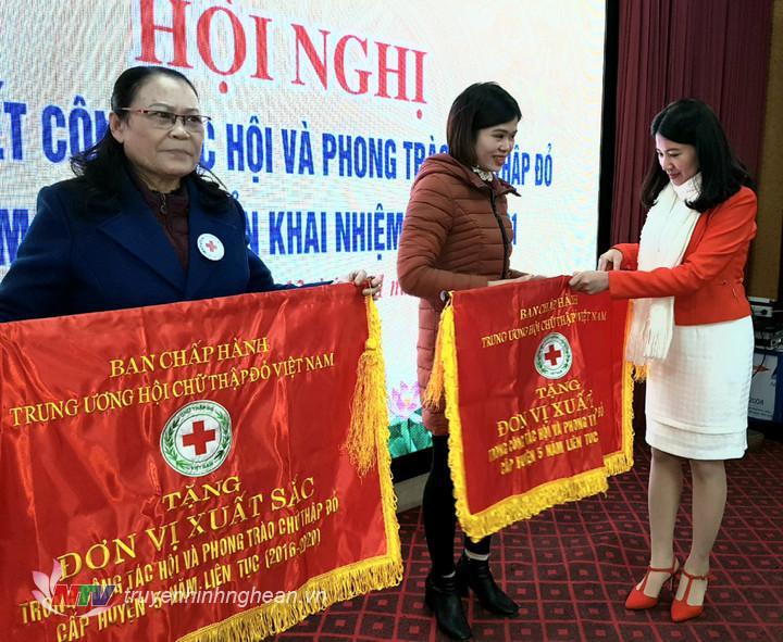 Trao cờ thi đua của Ban Chấp hành Trung ương Hội Chữ thập đỏ Việt Nam cho các hội cơ sở đạt thành tích xuất sắc.