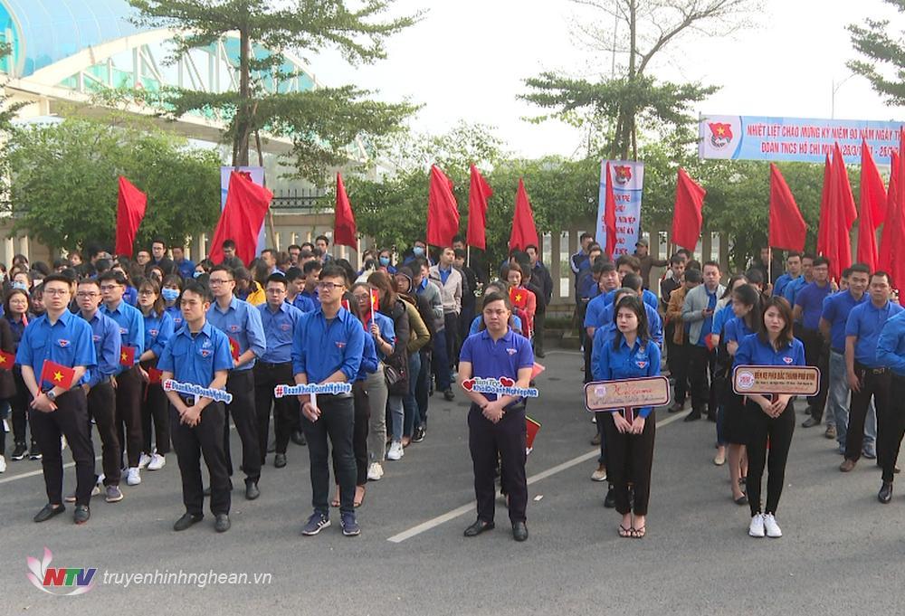 Gần 300 đoàn viên, thanh niên đến từ các doanh nghiệp tham gia hưởng ứng lễ phát động.