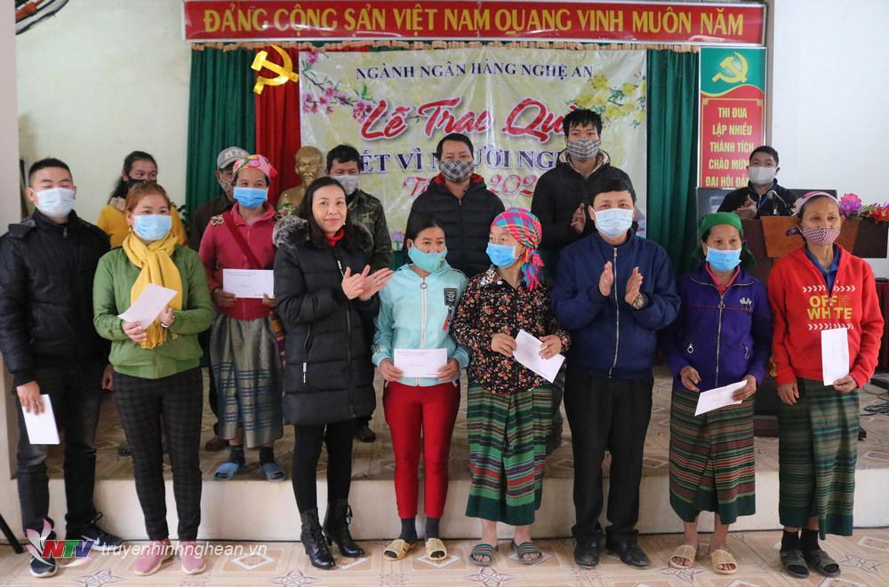 trao cho các hộ nghèo trên địa bàn xã vùng cao Phà Đánh, Kỳ Sơn