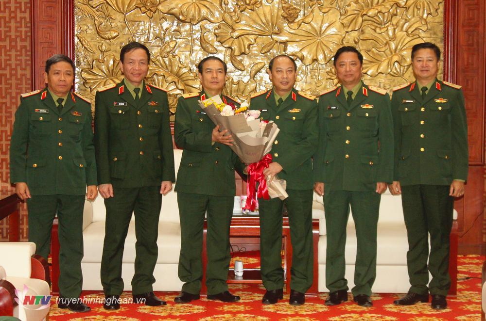 Trung tướng Trần Võ Dũng, Bí thư Đảng ủy, Chính ủy Quân khu 4 và các đồng chí trong Thường vụ, Đảng ủy Bộ Tư lệnh Quân khu 4 chúc mừng Thiếu tướng Lê Tất Thắng, Phó Tư lệnh Quân khu 4.