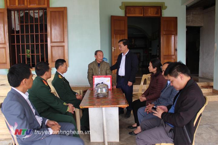 Bí thư huyện ủy Quỳ Hợp tặng quà tết cho các gia đình thương, bệnh binh ở xã Châu Hồng và Châu Cường  .