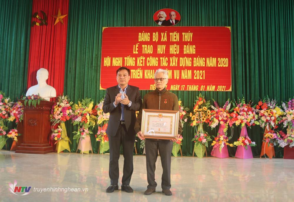 Trao Huy hiệu 75 năm tuổi Đảng cho