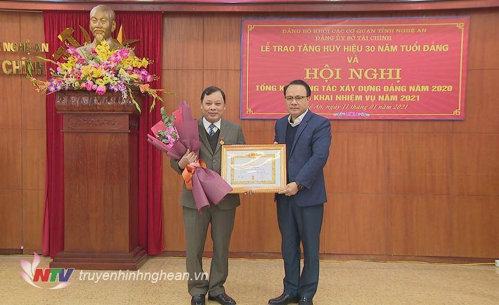 Trao Huy hiệu 30 năm tuổi đảng.