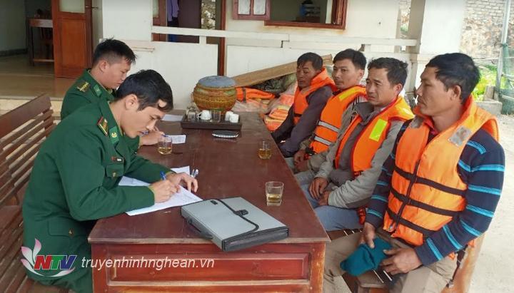 Các thuyền viên được cứu sống được đưa về đồn Biên phòng Quỳnh Phương