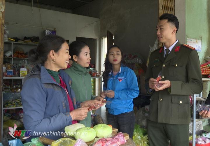 Đoàn thanh niên Công an thị xã Thái Hòa phối hợp với các Đoàn thị, xã trên địa bàn phát miễn phí móc khóa đến tay người dân.