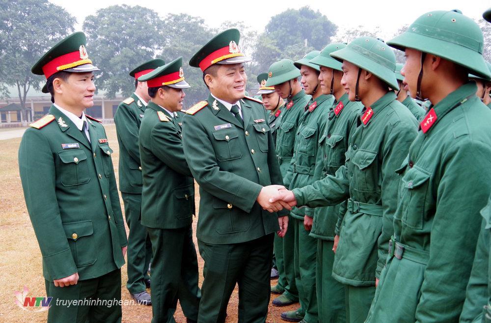 Lãnh đạo chỉ huy cơ quan Sư đoàn, Trung đoàn gặp gỡ động viên chiến sĩ xuất ngũ.