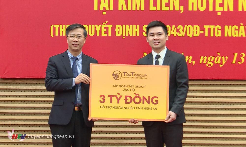 Đại diện Tập đoàn T&T trao hỗ trợ người nghèo tỉnh Nghệ An.