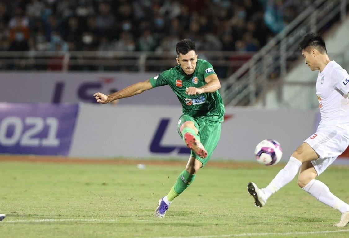 Pha dứt điểm mở tỷ số của Đỗ Merlo (áo xanh) đã đem về chiến thắng cho Sài Gòn FC.