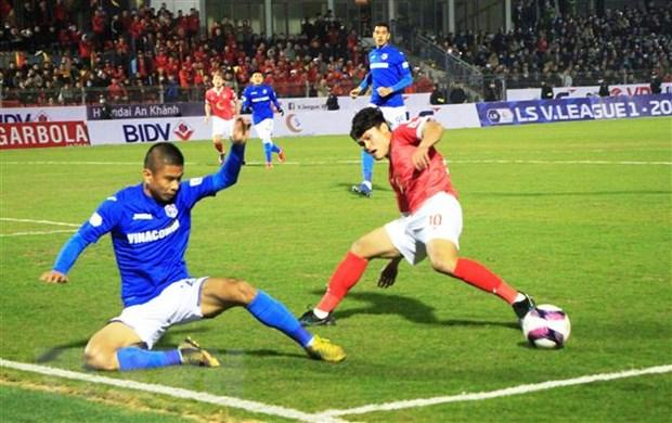 Pha tranh bóng quyết liệt giữa cầu thủ hai đội Than Quảng Ninh và Hồng Lĩnh Hà Tĩnh: