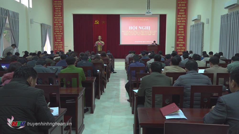 214 đại biểu là các Ủy viên Ban Thường vụ Huyện ủy, cán bộ chủ chốt của các phòng, ban cấp huyện, xã trên địa bàn huyện Tương Dương tham gia học tập Nghị quyết.