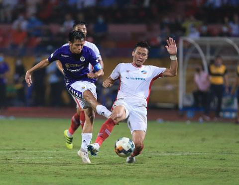 Văn Quyết (trái) trong một lần đụng độ tóe lửa cùng Ngọc Hải tại V.League 2020