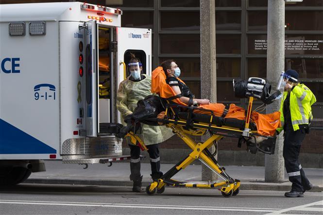 Chuyển bệnh nhân COVID-19 tới bệnh viện ở Toronto, Canada, ngày 25/1/2021.