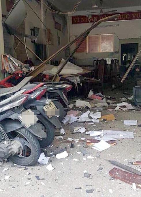 Hiện trường vụ nổ trong sân trụ sở Công an phường 12, quận Tân Bình do tổ chức khủng bố Triều đại Việt gây ra. Ảnh: Công an cung cấp
