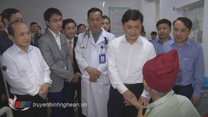 Chủ tịch UBND tỉnh chúc Tết các bệnh nhân đang nằm điều trị tại Bệnh viện.