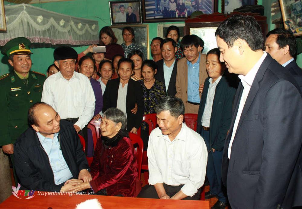 Thủ tướng Chính phủ Nguyễn Xuân Phúc thăm, tặng quà Mẹ Việt Nam Anh hùng Đậu Thị Dậu ở huyện Diễn Châu.