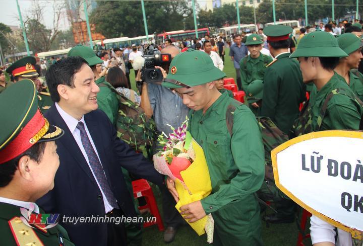 Bí thư Tỉnh ủy Nghệ An tặng hoa, động viên tân binh trước lúc lên đường nhập ngũ.